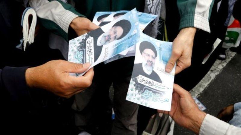 Selebaran bargambar kandidat Presiden Iran Ebrahim Raisi dibagikan. (Foto: EPA)