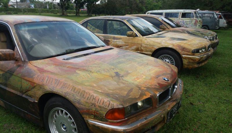 BMW Seri 7 berbodi lukisan aksara Jawa milik Agung Tobing dipajang di Candi Prambanan (Foto: Prabowo/Okezone)