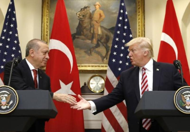Presiden Turki Recep Tayyip Erdogan (ki) dan Presiden AS Donald Trump berjabat tangan usai memberi keterangan pada wartawan di Gedung Putih, Washington, AS, 16 Mei 2017. (Foto: Reuters)