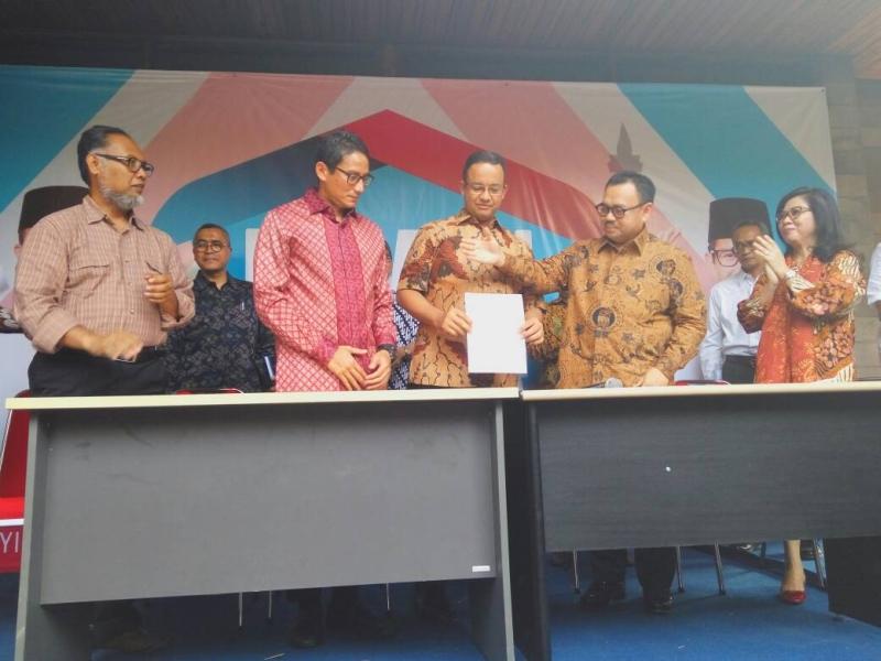 Gubernur terpilih DKI Jakarta, Anies Baswedan memperkenalkan Tim Sinkroniasi Anies-Sandi yang dipimpin Sudirman Said. Foto Okezone/Fahreza Rizky