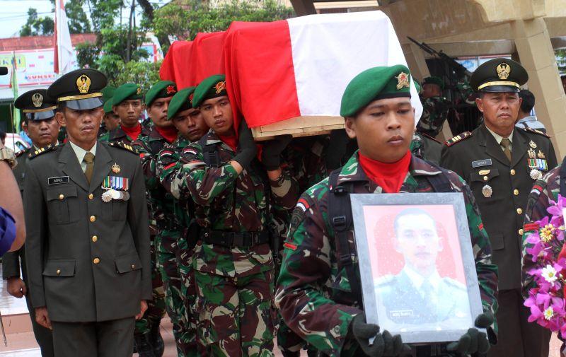 Prosesi Pemakaman Prajurit TNI yang Tewas Akibat Insiden Kecelakaan Senjata di Natuna (Foto: Antara)
