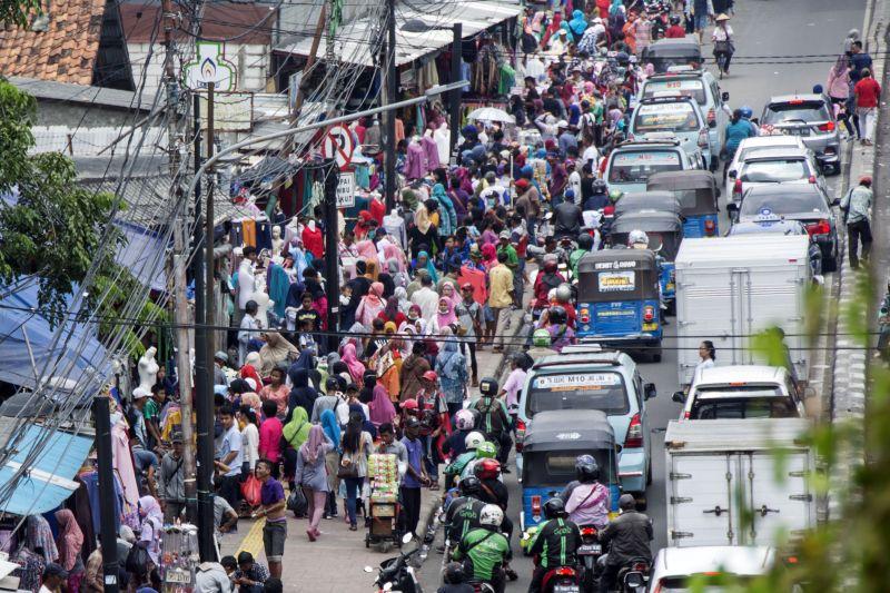 PKL Berjualan di Ruas Jalan Kawasan Tanah Abang (Foto: Antara)