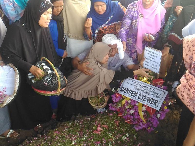 Pemakaman Kapten Heru. (Rus A/Okezone)