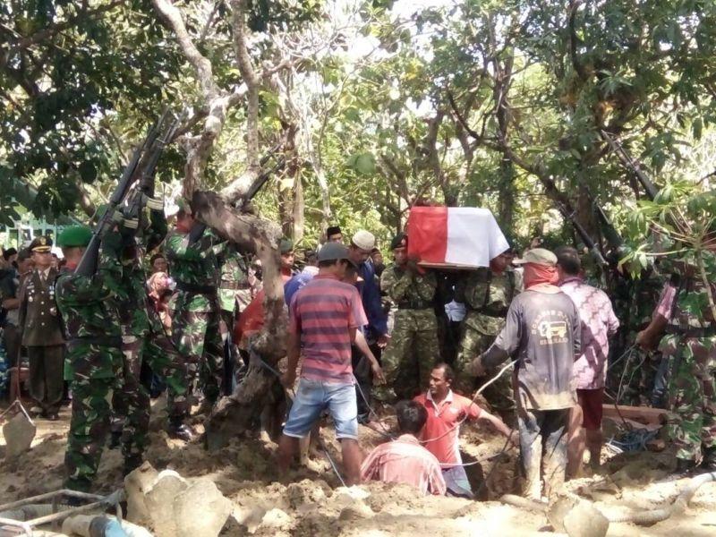 Pratu Ibnu Hidayat saat dimakamkan (Foto: Taufik  Budi/Okezone)