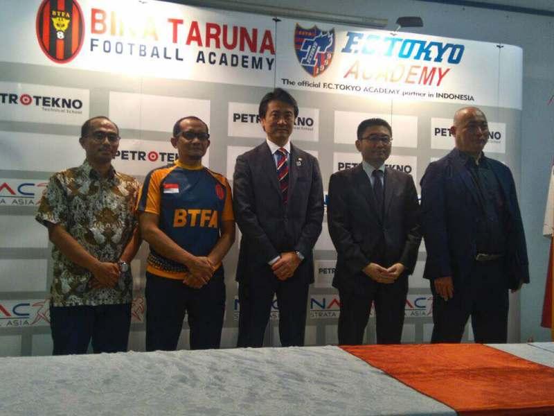 https: img.okezone.com content 2017 05 18 51 1694572 tingkatkan-kualitas-sepakbola-indonesia-bina-taruna-jalin-kerjasama-dengan-fc-tokyo-u7gjTyAgBK.jpeg