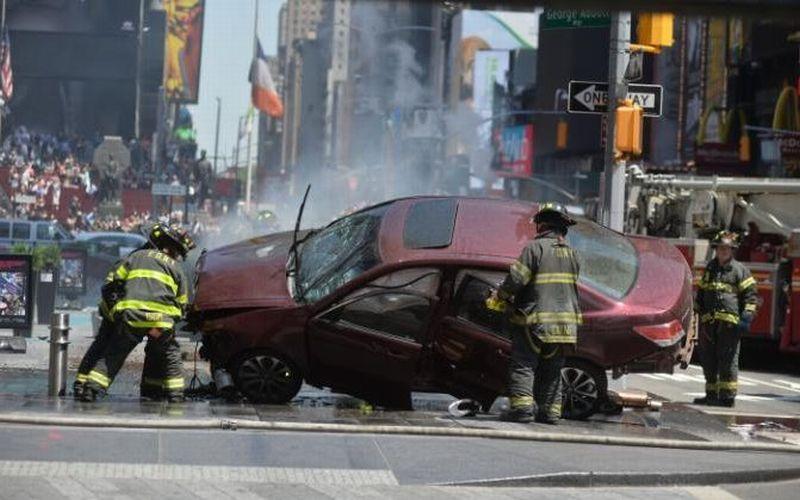 Mobil merah yang menabrak para pejalan kaki di Times Square Kota New York (Foto: Shutterstock)