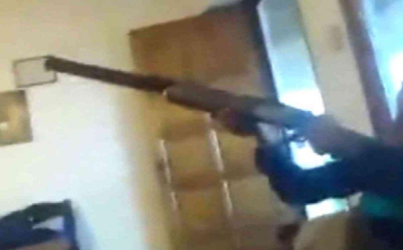 Potongan gambar ketika remaja laki-laki itu menodongkan senapannya (Foto: Istimewa)