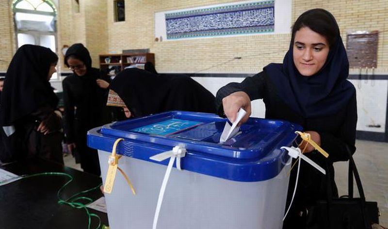 Warga Iran menggunakan hak suara dalam pilpres Iran 2017. (Foto: Getty Images/AFP)