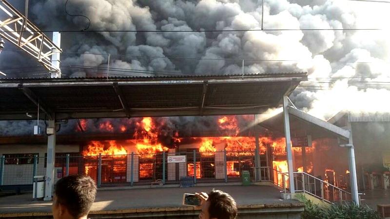 Stasiun Klender Kebakaran, Netizen Harap Tak Ada Korban Jiwa