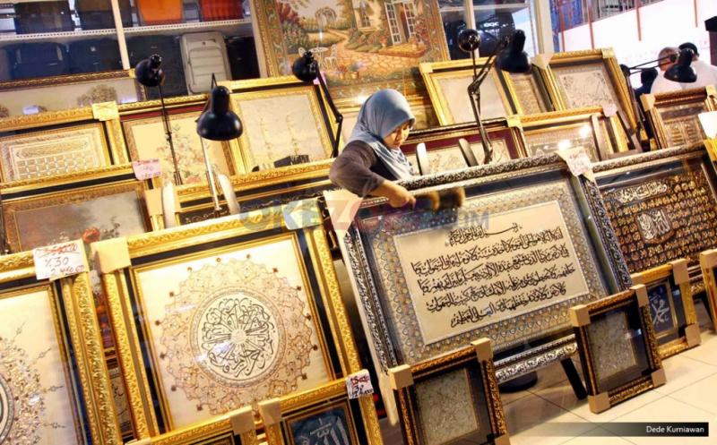 INSPIRASI BISNIS: Indahnya Kaligrafi Kramik Islami Beromzet Rp100 Juta saat Ramadan