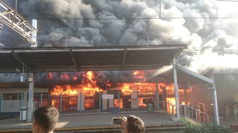 Kebakaran di Stasiun Klender. (Foto diambil dari @MNCNewsroom)