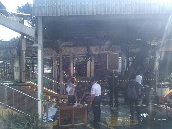 Stasiun Klender hangus terbakar.