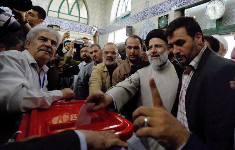 Foto Ebrahim Raisi memberikan suaranya di Pilpres Iran (Foto: EPA)