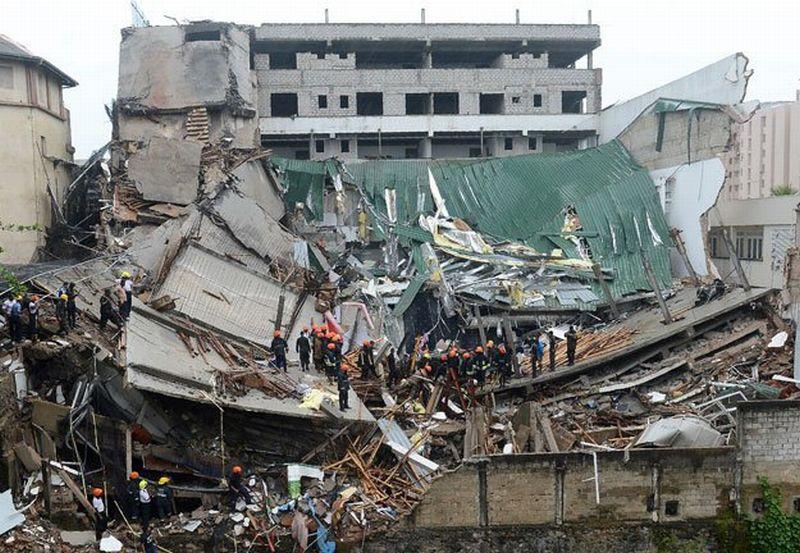 Foto gedung serba guna di Colombo yang roboh (Foto: AFP)