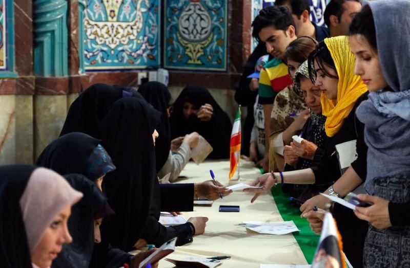 Warga Iran menyumbangkan suaranya untuk mencari sosok presiden baru mereka (Foto: EPA)