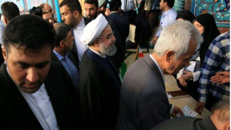 Presiden petahana Iran Hassan Rouhani memberikan suaranya dalam pilpres, 19 Mei. (Foto: Reuters)