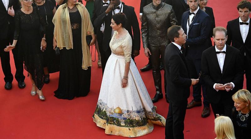 Miri Regev mengenakan gaun kontroversial saat menghadiri Festival Film Cannes. (Foto: AFP)