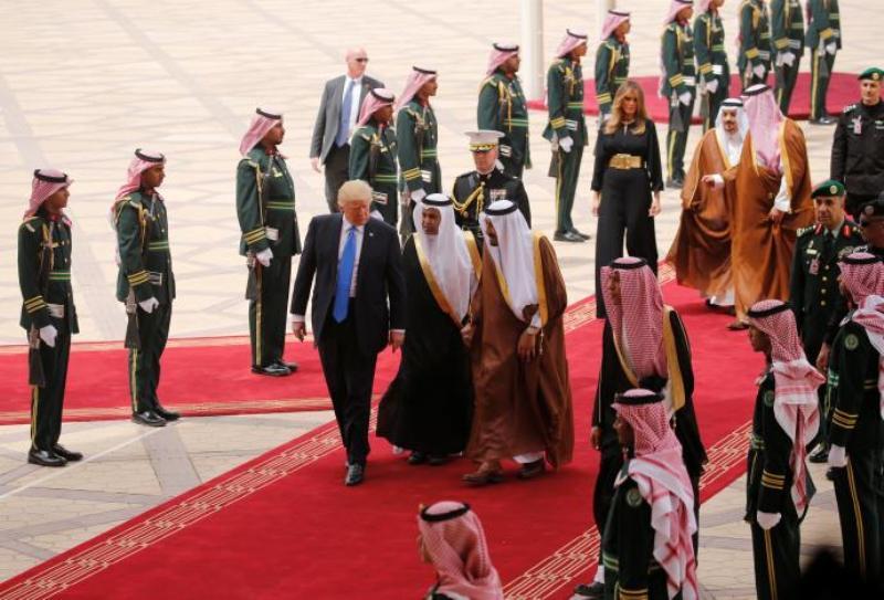 Presiden AS Donald Trump disambut langsung Raja Arab Saudi Salman bin Abdulaziz di Bandara King Khalid, Riyadh, 20 Mei 2017. (Foto: Reuters)