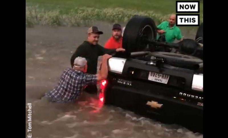 Mobil dihantam tornado terbalik ke dalam banjir. (Foto: Facebook/NowThis)