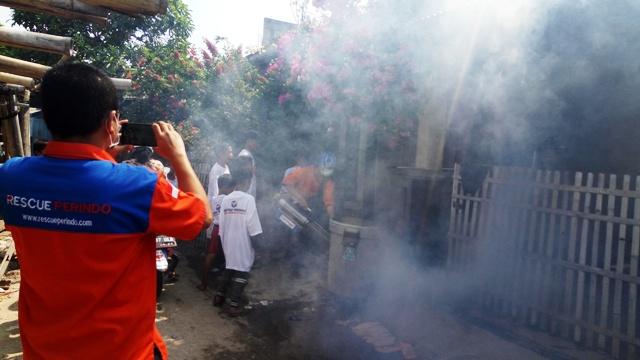 Fogging dari Rescue Perindo di Kampung Pesisir Cilincing. (Foto: Taufik Fajar/Okezone)