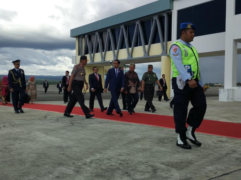 Presiden Jokowi transit di Bandara SIM Aceh Besar (Rayful/Okezone)