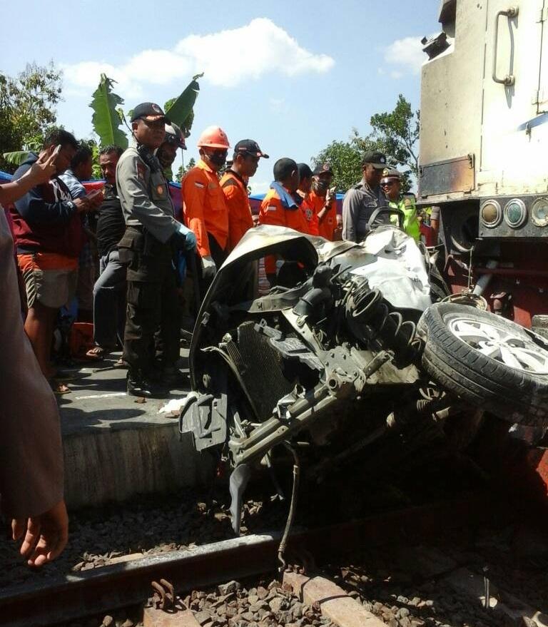 Mobil tergencet kereta usai terseret KA Argo Bromo di Grobogan, Jawa Tengah (Taufik/Okezone)