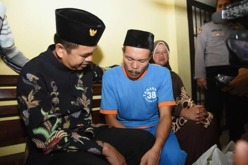 Bupati Purwakarta Dedi Mulyadi (kanan) saat bertemu Didin di Mapolres Cianjur (foto Humas Pemkab Purwakarta)