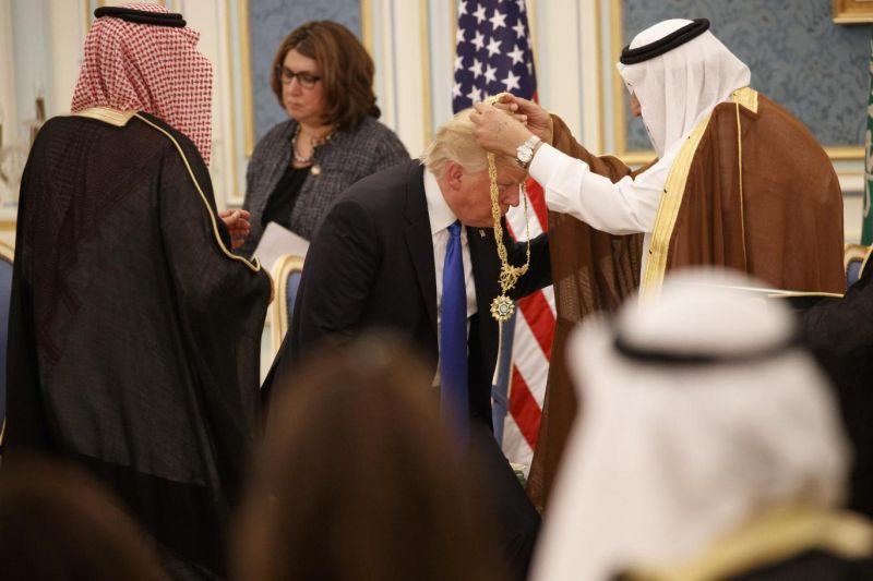 Foto Presiden Amerika Serikat Donald Trump terima penghargaan dari Raja Salman (Foto: AP)