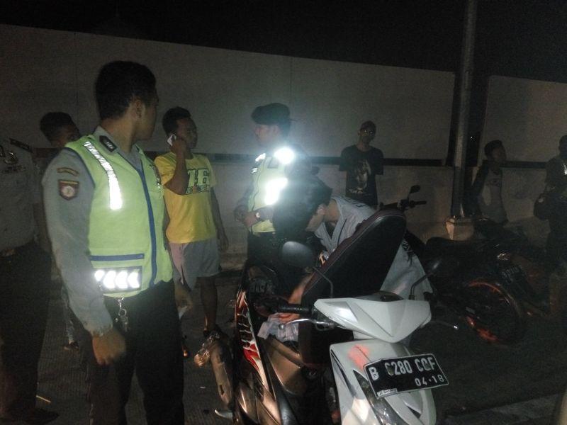 Polisi razia pengendara sepeda motor (foto: Rikhi/Okezone)