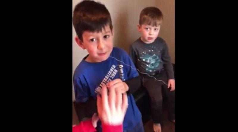 Quinny (kiri) dan adiknya, Dylan, saat proses pencabutan gigi. (Foto: YouTube 5shock)
