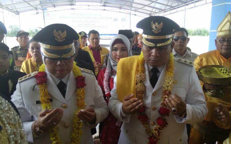 Penyambutan Bupati dan Wakil Bupati Kotawaringin Barat terpilih di Bandara Pangkalan Bun (Foto: Sigit Dzakwan/iNews TV)