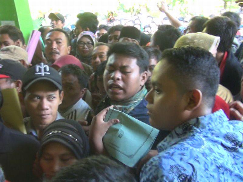 Buset! Warga Ricuh saat Urus E-KTP di Dispendukcapil Jombang