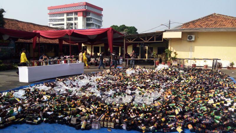 Botol minuman keras oplosan yang akan dimusnahkan di Polres Jakbar (Foto: Muhammad Iqbal/Okezone)