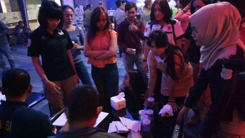 Razia Tempat Karaoke di Depok, Polisi Tes Urine Pengunjung