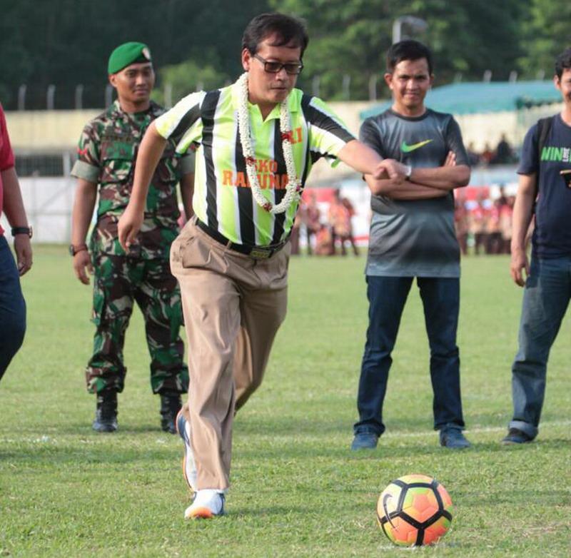 https: img.okezone.com content 2017 05 25 51 1699988 demi-mencari-bibit-unggul-kemenpora-resmikan-sepakbola-pelajar-2017-nBRf9H3vzx.jpg