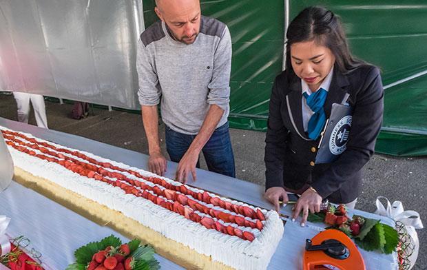 VIDEO: Wah, Ini Penampakan Kue Stroberi Prancis Terpanjang di Dunia