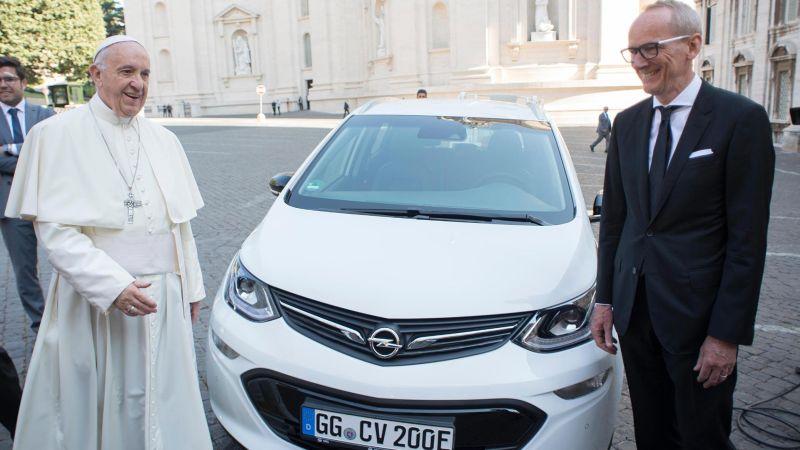 Pope Francis Opel Ampera-e (Motor1)