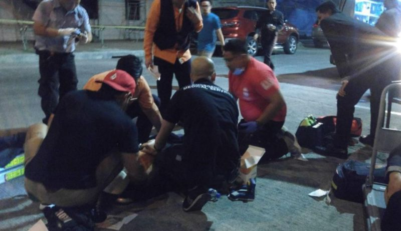 Paramedis merawat korban serangan penembakan di sebuah resor di Manila, Filipina. (Foto: James Austin/The Sun)