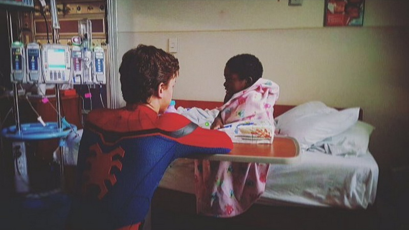 https: img.okezone.com content 2017 06 06 33 1708451 keren-spider-man-kunjungi-rumah-sakit-anak-dYUfIymslS.jpg