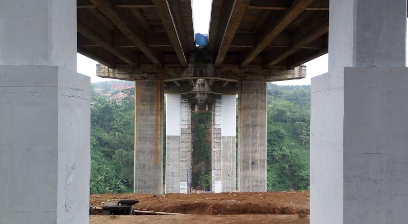https: img.okezone.com content 2017 06 08 320 1711296 gawat-jembatan-layang-antapani-bandung-retak-pVi078UovB.jpg