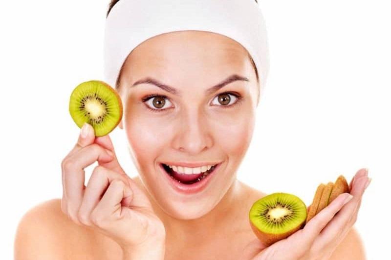 https: img.okezone.com content 2017 06 09 194 1712127 khasiat-buah-kiwi-bikin-awet-muda-hingga-rambut-tampak-bercahaya-I6YJuxtzaZ.jpg