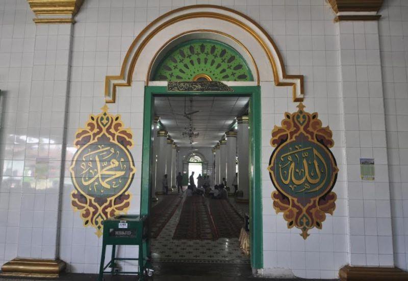 https: img.okezone.com content 2017 06 09 406 1711988 jelajah-islam-masjid-raya-ganting-bertonggak-25-nabi-CHjTqroVjN.jpg