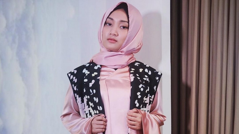 https: img.okezone.com content 2017 06 10 33 1712555 hijrah-artis-cerita-fatin-shidqia-pertama-kali-berhijab-BQujYNdEiG.jpg