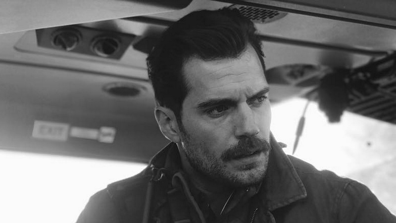 https: img.okezone.com content 2017 06 12 206 1713734 dengan-kumis-tebal-henry-cavill-tampil-macho-di-mission-impossible-6-tVsSXo5bFd.jpg