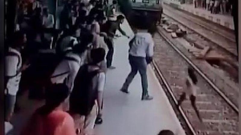 Perempuan muda di India lemparkan dirinya ke kereta yang melaju karena panik. (Foto: News Au)