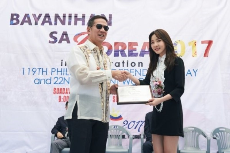 https: img.okezone.com content 2017 06 14 33 1716409 sandara-park-terpilih-jadi-duta-persahabatan-korea-selatan-filipina-GSvOBNtEy1.jpg