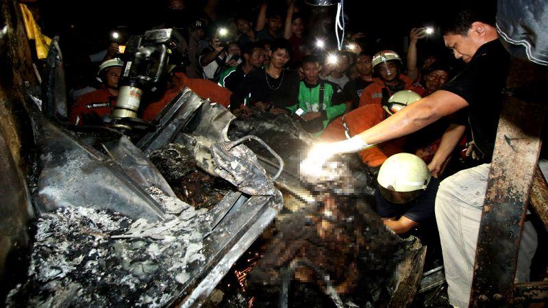 Mobil yang terbakar akibat tabrakan dengan Walahar Ekspress. (Foto: Antara)