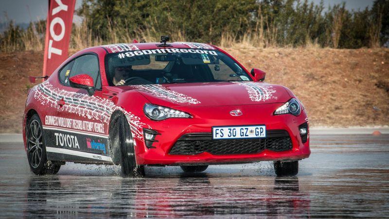 Jesse Adams catatkan namanya di Guinness World Records setelah melakukan drift terjauh yakni 165 km (Toyota)