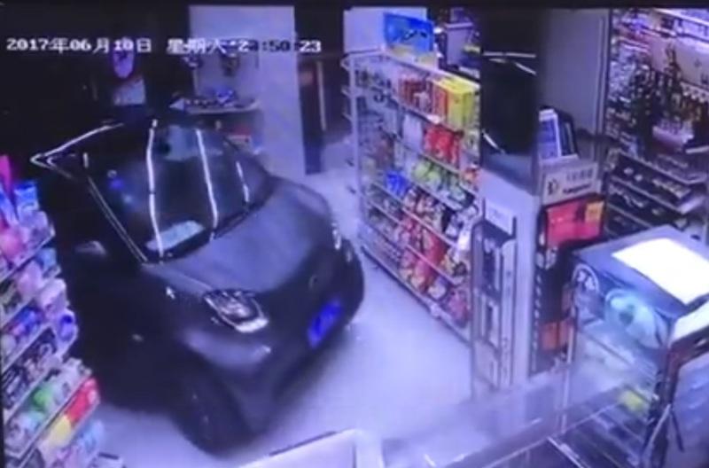 https: img.okezone.com content 2017 06 15 18 1717096 video-terlalu-malas-pengemudi-ini-bawa-mobilnya-masuk-toko-untuk-belanja-3PvPvxyUhG.jpg