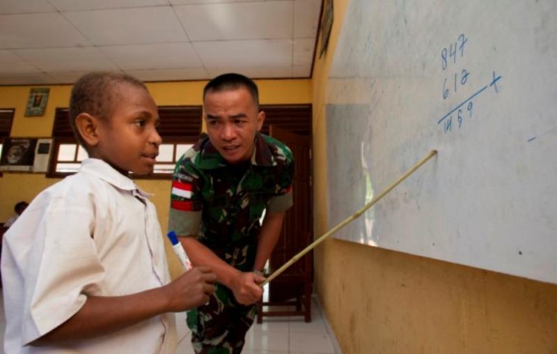 Subhanallah, Anggota TNI Ini Ngajar Mengaji bagi Anak-Anak Perbatasan Indonesia-Malaysia